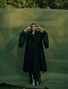 Max Mara ceket; C + plus Serisi elbise ve botlar; Catherine Servel'den De Cosmi küpe.