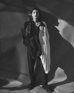 Ellery üst ve pantolon; Loewe kemeri (omuz şal olarak giyilir), Presley Oldham küpe. Jil Sander botları.